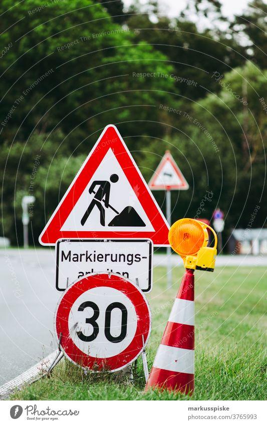 Straßenbauarbeiten Straßenmarkierung Baustelle Hinweis Pylone 30 Bauarbeiten Landstraße Achtung Vorsicht Schilderwald
