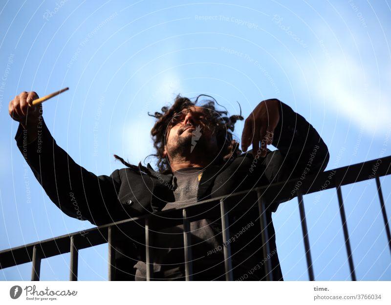 Das Dirigat, piano geländer mann taktstock wild frack himmel wolken dunkelhaarig freak engagiert Leidenschaft dirigieren dirigent dirigat haltung hingabe