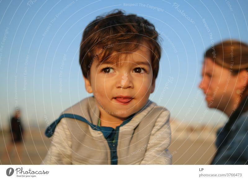 Schöner Junge, der der Sonne zugewandt ist, die Augen geschlossen Vorderansicht Oberkörper Porträt Sonnenstrahlen Kontrast Schatten Licht Strukturen & Formen
