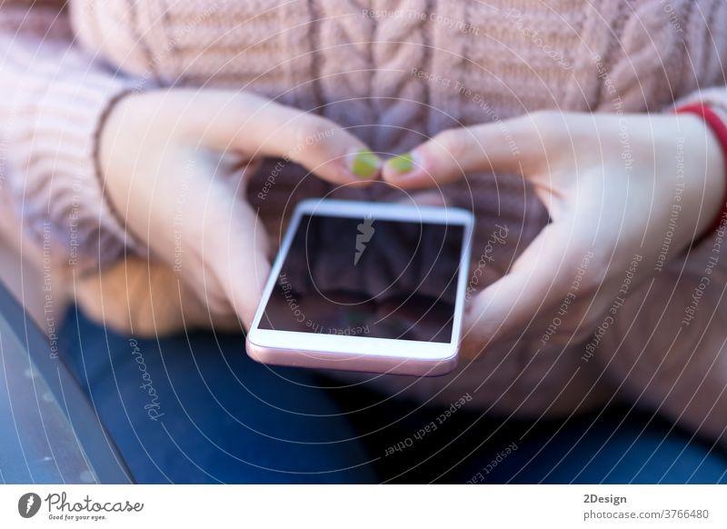 Nahaufnahme einer Frau bei der Benutzung eines Mobiltelefons Hand Person Technik & Technologie Beteiligung Telefon Mitteilung Smartphone Mobile Handy Gerät