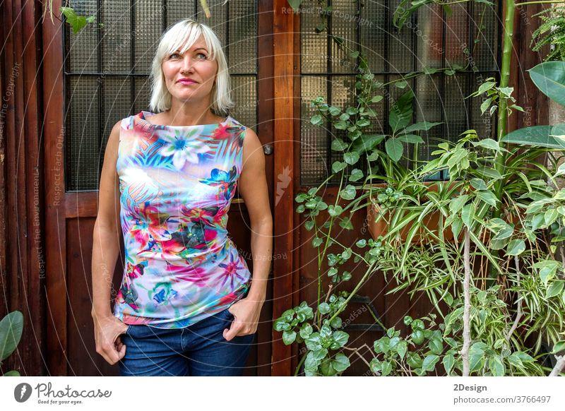 Porträt einer schönen jungen blonden Frau, die wegschaut weiß Stehen Kleid Mode Erwachsener Schönheit im Freien Menschen Behaarung attraktiv lang 1 Model
