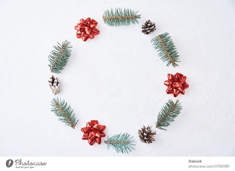 Weihnachtskomposition. Kranz aus Tannenbaumzweigen und festlichen Tannenzapfen auf weißem Hintergrund, Draufsicht Weihnachten Dekoration & Verzierung Totenkranz