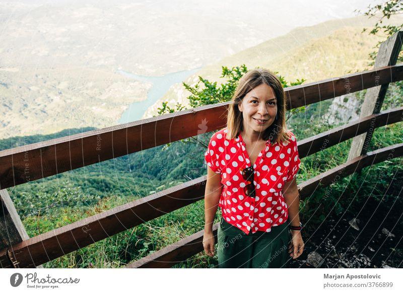 Junge Naturforscherin geniesst die Aussicht vom Aussichtspunkt in den Bergen See Erwachsener Abenteuer allein Hintergrund schön lässig Kaukasier Ausflugsziel