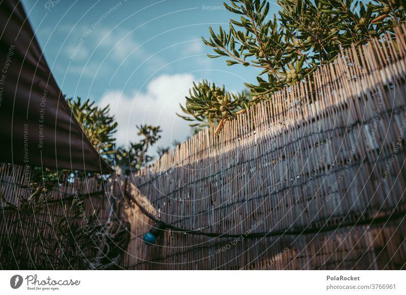 #A# Hinter dem Zaun Grundstück Garten Strohmatte Grenze Nachbar Menschenleer Natur Sommer Schrebergarten Grundstücksgrenze
