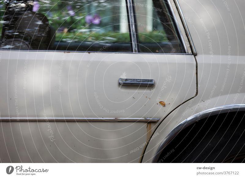 Detail eines alten rostigen Autos in der Seitenansicht silber Zierstreifen tür Außenaufnahme Farbfoto Fahrzeug Verkehr Straße Oldtimer retro Verkehrsmittel