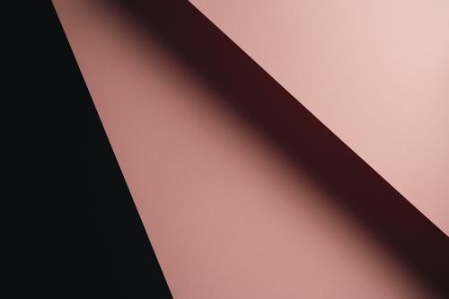 Pastellrosa und schwarzer flachgelegter Hintergrund mit scharfen Schichten und Schatten mit Kopierraum Individualität Papierkram gerade Ideen Motivation