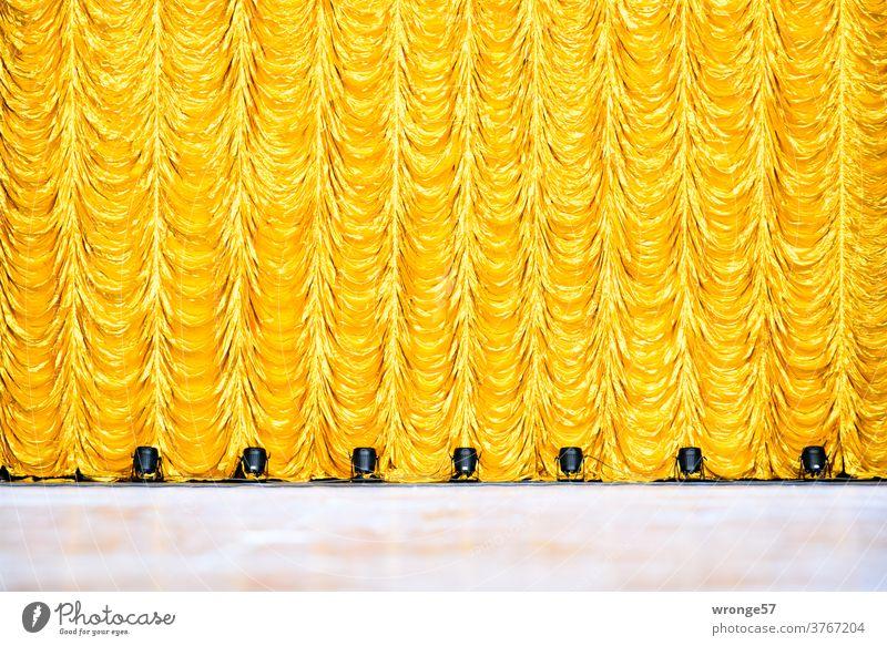 Der letzte Vorhang ist gefallen |geschlossener goldener Vorhang auf einer Kulturbühne Theatervorhang Theaterbühne geschlossener Vorhang letzter Vorhang Stoff