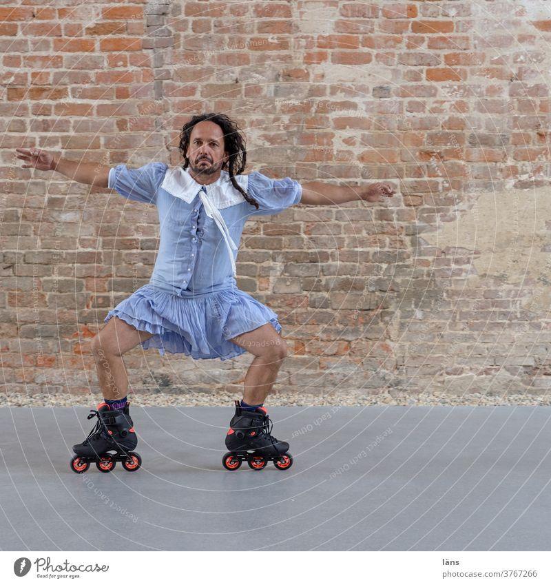 Jux und Tollerei l lebensnotwendig Mann Inliner Kleid fahren seitlich Mensch maskulin Sport Bewegung sportlich Fitness Erwachsene Humor tollerei Sportler