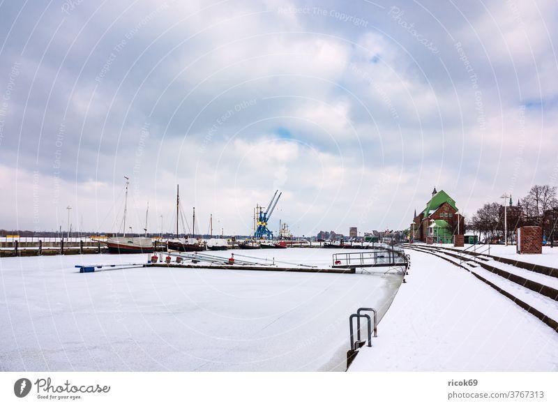 Winter im Stadthafen in Rostock Schiff Hafen Schafe kran Hafenkran Mecklenburg-Vorpommern Warnung hansestadt Schiffe Himmel Wasser Fluss Gebäude Haus