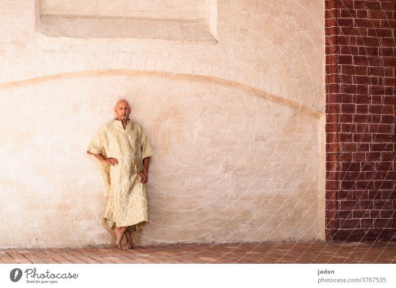 der moment nach der erleuchtung. Mönch Pharao Religion & Glaube Buddhismus Buddha Asien Figur Kunst Erkenntnis Meditation Kloster Wand Backsteinwand gelb Bogen