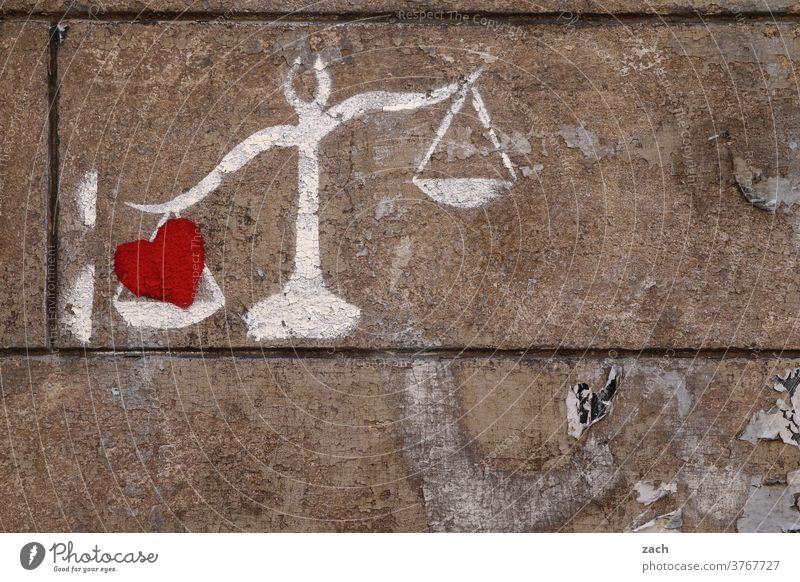 lebensnotwendig | Liebe und Gerechtigkeit grau Wand Schriftzeichen Kreativität Jugendkultur Kunst Straßenkunst Botschaft Fassade Wandmalereien Graffiti