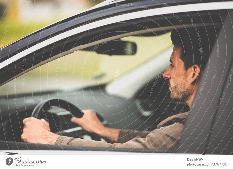 Mann mit dem Auto unterwegs Autofahren Pkw aufmerksam Konzentration ruhe Selbstbeherrschung Gelassenheit Straßenverkehr