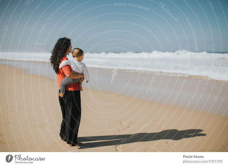 Mutter und Sohn schauen aufs Meer Mutterschaft Zusammensein Zusammengehörigkeitsgefühl authentisch Jahreszeiten MEER Atlantik Kind Eltern Menschen
