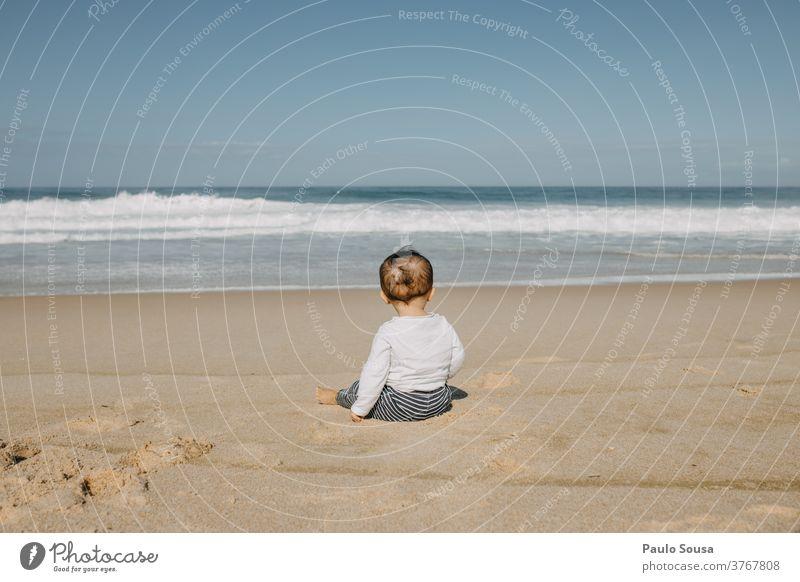 Kleinkind schaut auf das Meer MEER Atlantik Strand Badeurlaub Kind Sommerurlaub Erholung Sonne Sand Wellen Küste Ferien & Urlaub & Reisen Wasser fallen Herbst