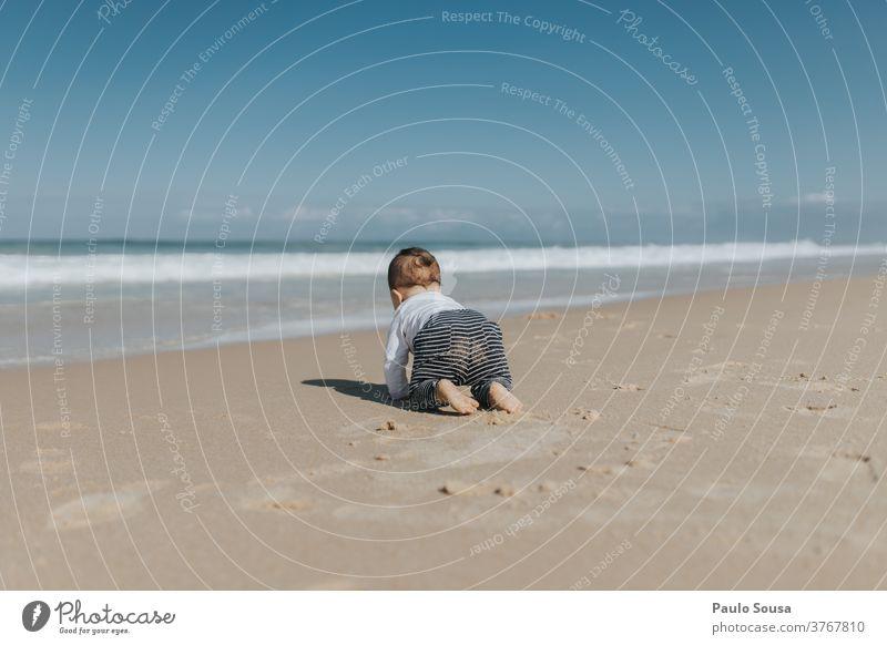 Kleinkind krabbelt am Strand krabbeln Sand Sandstrand MEER Baby Kind Sommerurlaub Farbfoto Wasser Küste Außenaufnahme Meer Ferien & Urlaub & Reisen Erholung