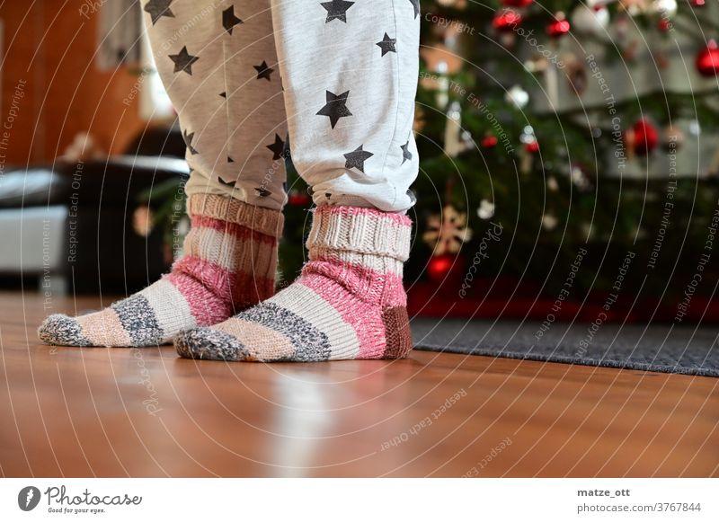 Weihnachtszeit und Schmuddeloutfit mit Wollsocken Weihnachten & Advent Weihnachtsbaum adventszeit Sterne Wohnzimmer Indoor Wärme Winter fußboden Holz lichter