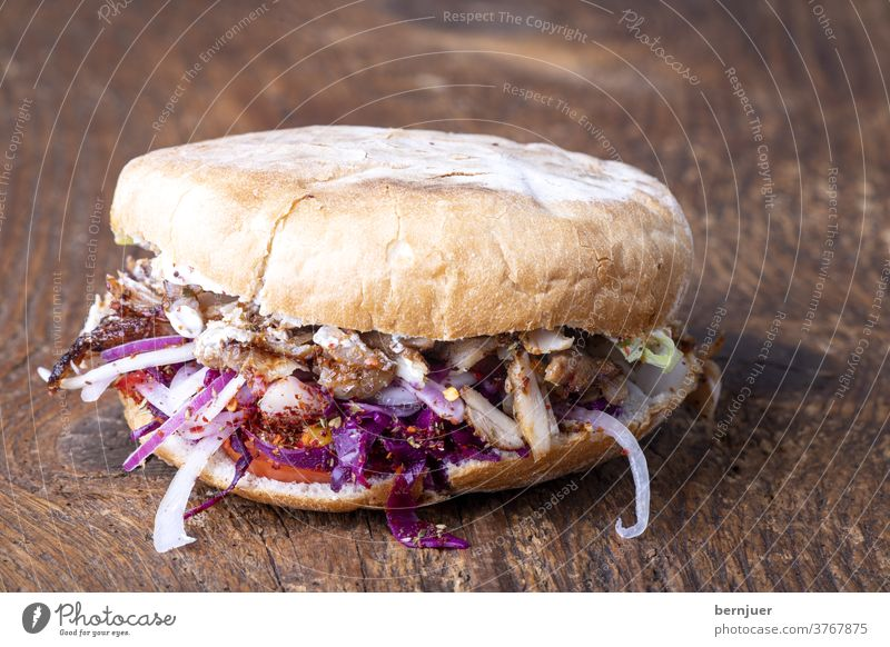 Döner auf Holz kebap holz rustikal deftig tzatziki Brötchen takeaway Fleisch geröstet Essen Brot gegrillt Gemüse Snack Tomaten Huhn Gyros Salat pita Sauce