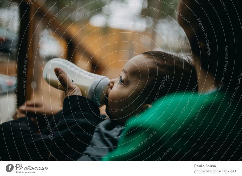 Trinkmilchflasche für Kleinkinder Kind Baby Säuglingsanfangsnahrung melken füttern Ernährung Pflege Bonden Mutterschaft klein schön Frau Kaukasier Erwachsene