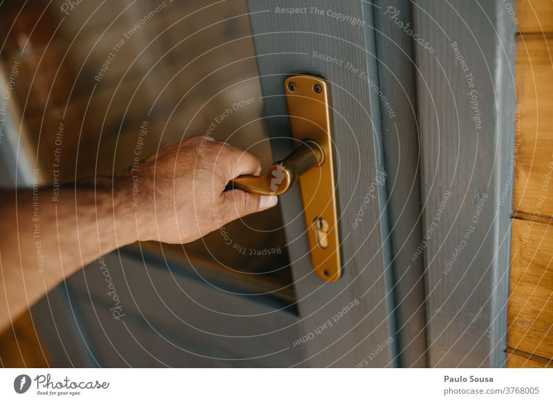 Hand öffnende Tür schließen Nahaufnahme Griff offen Eröffnung Eingangstür aufmachen alt Menschenleer Farbfoto zugeklappt Detailaufnahme Lifestyle Taste Holztür