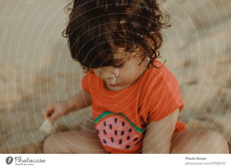 Kleines Mädchen spielt am Sandstrand Strand Kind Kinderspiel Kindheitserinnerung Spielen Badeurlaub Meer Farbfoto Außenaufnahme Ferien & Urlaub & Reisen