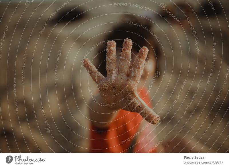 Nahaufnahme einer Kinderhand mit Sand Kindheit Sandstrand Kindheitserinnerung Meer Mensch Ferien & Urlaub & Reisen Tag Kleinkind Farbfoto Spielen Strand