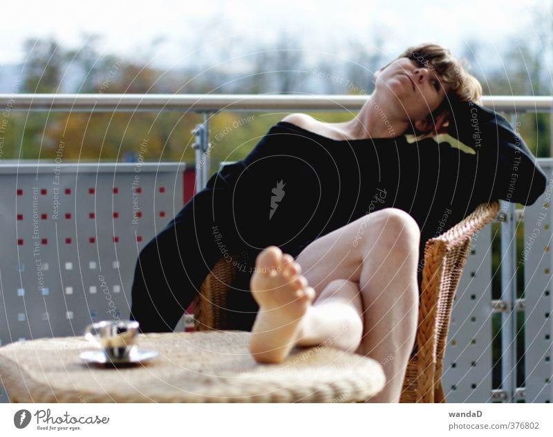 ________________ Espresso Tasse Häusliches Leben Wohnung Balkon feminin Junge Frau Jugendliche 1 Mensch 30-45 Jahre Erwachsene Musik hören Natur Luft Herbst