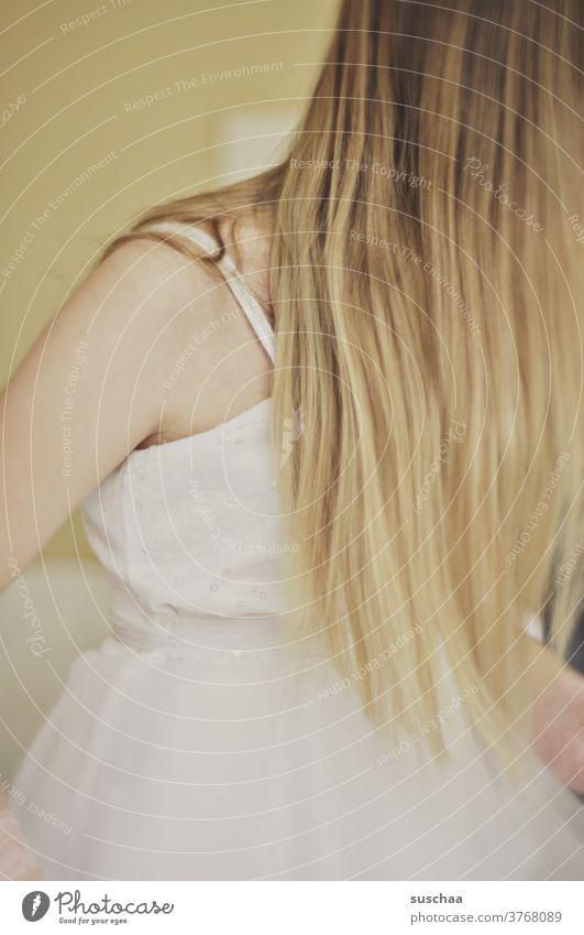 haare kämmen hübsch machen Prinzessin verkleiden Kindheit Momentaufnahme Kleid Haarpflege blond langhaarig Haare & Frisuren süß schön Mädchen 3-8 Jahre Achsel