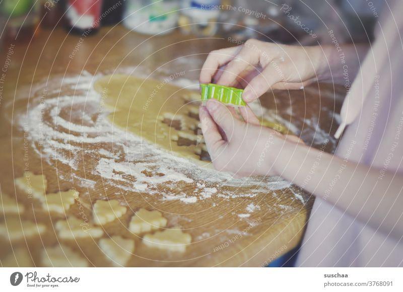 plätzchen backen Plätzchen Kekse Hände Finger Ausstechform Weihnachtsbaumfigur Teig ausstechen Mehl Plätzchen ausstechen Plätzchenteig Weihnachtsgebäck