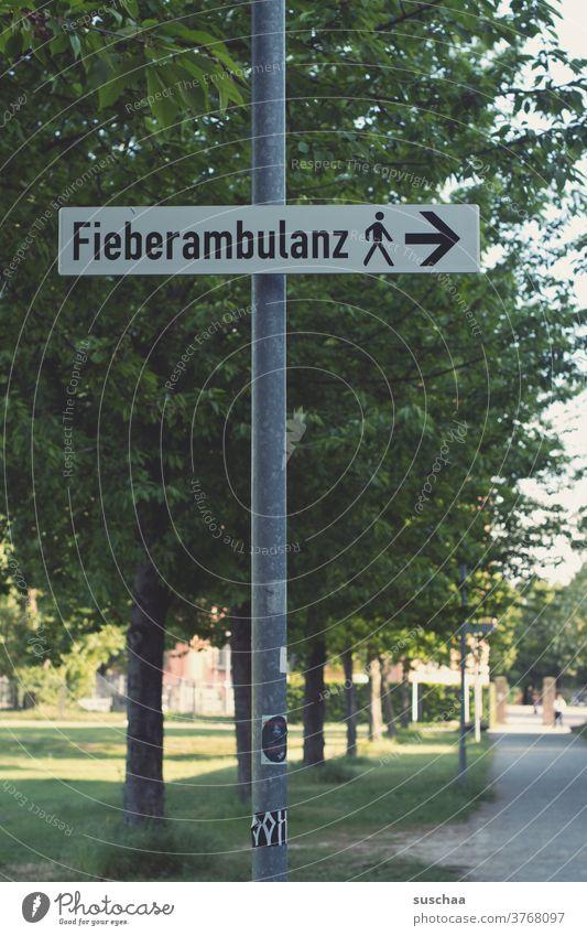 hinweisschild mit der aufschrift fieberambulanz Hinweis Hinweisschild Pfeil Richtung Wort Fieberambulanz Schilder & Markierungen Orientierung Wegweiser
