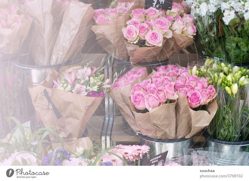 verschiedene sträuße blumen an einem blumenstand Blumen Strauß Blumenstrauß Sträuße Rosen Duft verschenken Blumenstand verkaufen Geburtstag Valentinstag