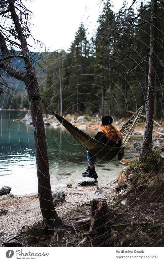 Frau entspannt in Hängematte in der Nähe von See Berge u. Gebirge sich[Akk] entspannen bewundern Landschaft Teich Hochland Herbst Deutschland Österreich