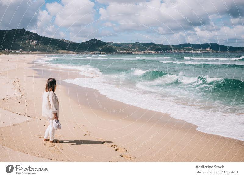 Frau bewundernd wogende Meer am Strand MEER winken Sand frisch stürmisch allein Seeküste Ufer reisen Tourismus Spanien Barfuß genießen sich[Akk] entspannen