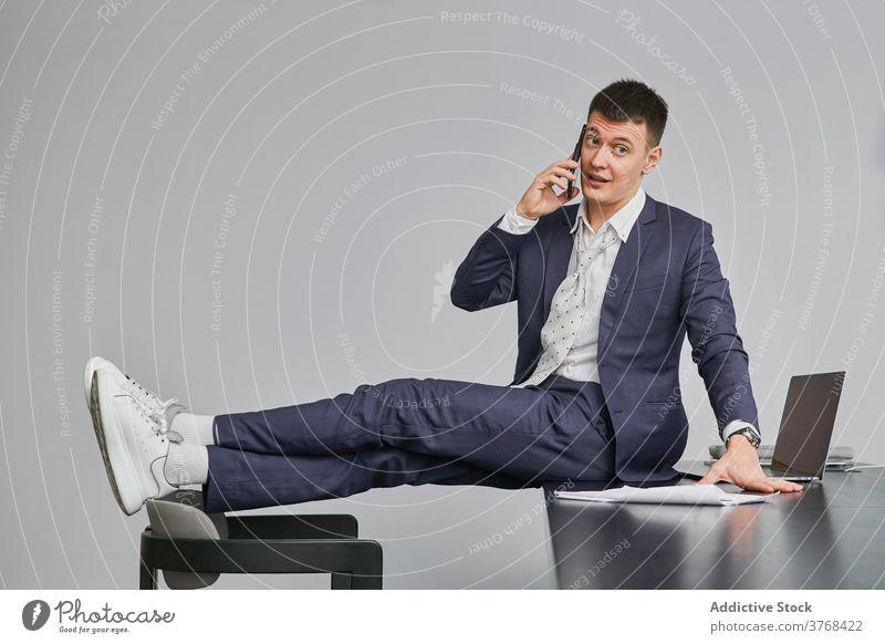 Stilvolle Geschäftsmann spricht auf Handy im Büro Projekt Smartphone sprechen diskutieren Business sitzen Tisch Unternehmer männlich Arbeitsplatz Stuhl Gespräch