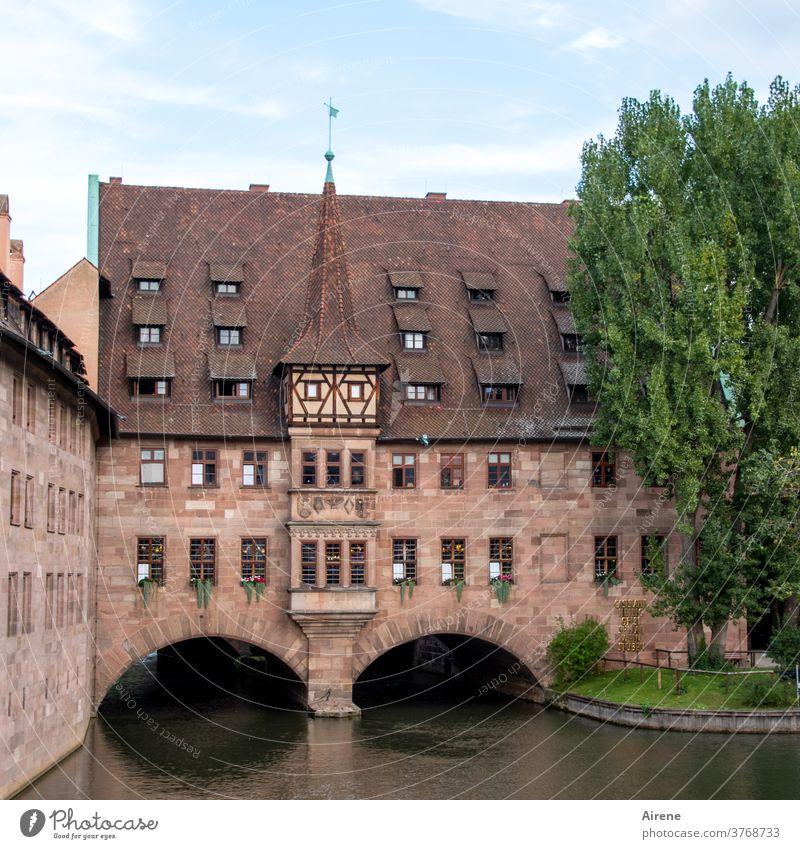 mitten in Franken Nürnberg Architektur Gebäude historisch Sehenswürdigkeit Bauwerk menschenleer Altstadt Fassade Stadt alt Steildach Mauer Stadtzentrum Altbau