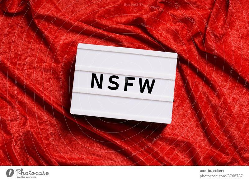 NSFW not safe for work nsfw Warnhinweis Zensur Nacktheit Pornographie Gewalt Sex zensiert xxx Text Wort abstrakt Leuchtkasten rot Samt sexuell erotisch Objekt