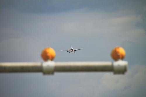 Ferienflieger im Landeanflug Flughafen Stuttgart Vorfeld Urlaubsreise Jet Textfreiraum oben Flugangst Geschwindigkeit Landebahn Flugplatz fliegen Höhenangst