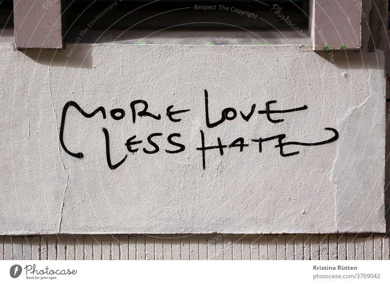 more love less hate an hauswand geschrieben mehr liebe weniger kein hass graffiti streetart street art slogan motto statement aussage spruch lieben