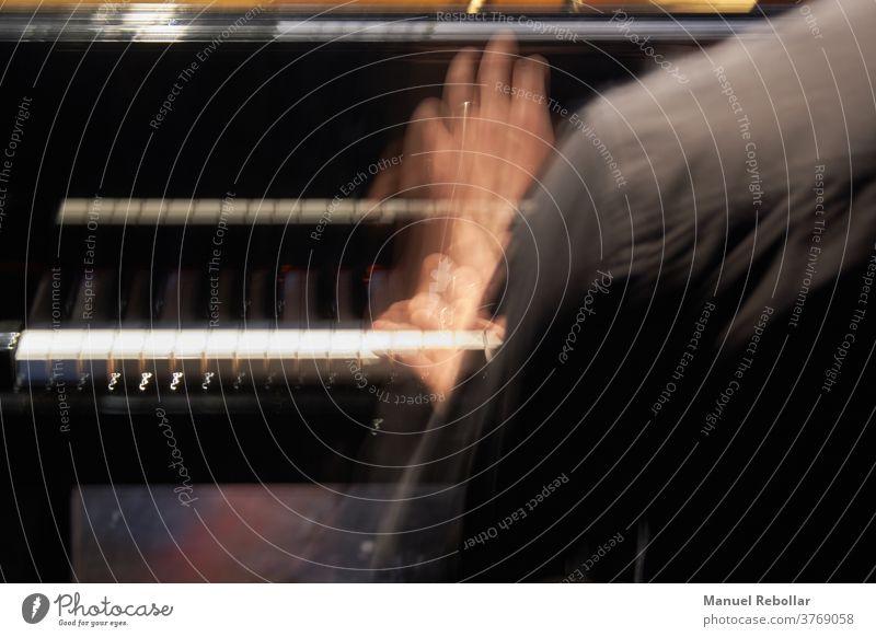 Foto eines Pianisten Klavier Musik Leistung Musiker spielen schwarz Konzert Klang Klassik Kunst klassisch weiß Instrument Mann Melodie Spieler Entertainment