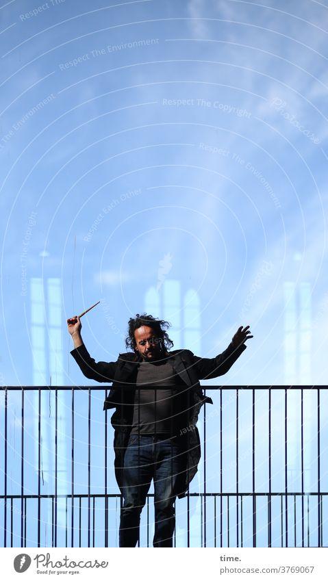 Das Dirigat, mezzoforte geländer mann taktstock wild frack himmel wolken dunkelhaarig freak engagiert Leidenschaft dirigieren dirigent dirigat haltung hingabe