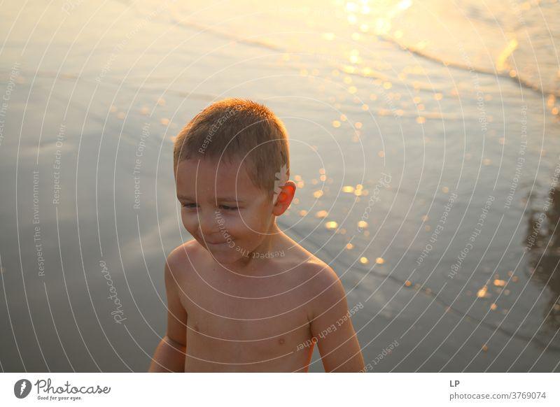 Kontrastieren der Silhouette eines Kindes mit Meer und Himmel Schwache Tiefenschärfe Schatten Licht Tag Außenaufnahme Aktion Körper Junge Mensch Versuch Mut
