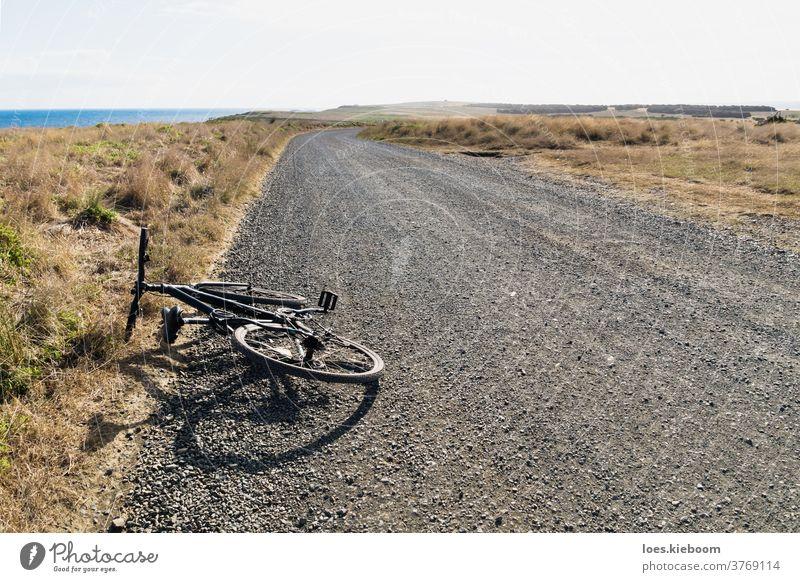 Fahrrad entlang einer Schotterstraße und der Nobbies mit Graslandschaft, Phillip Island, Victoria, Australien Aktivität Kies Strand phillip island schön blau
