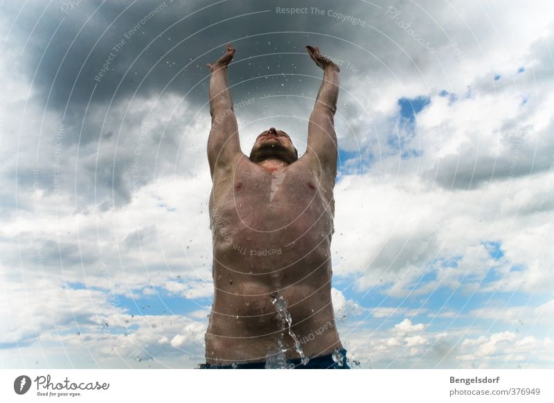 Himmelsstürmer Mensch Jugendliche Ferien & Urlaub & Reisen Sommer Sonne Wolken Ferne Junger Mann Leben Sport Freiheit Schwimmen & Baden See springen