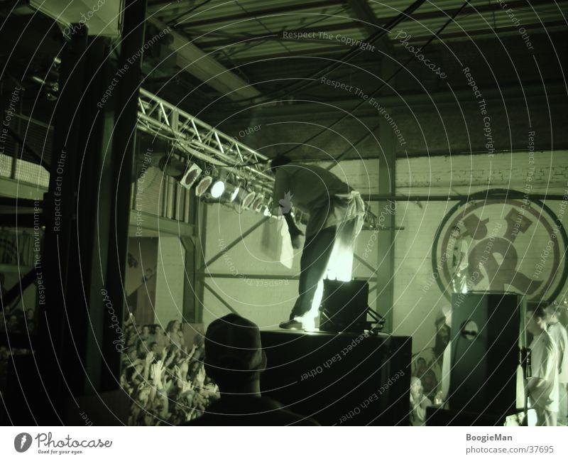 Sido will ins Publikum springen Lautsprecher Erwartung Mann Nachtaufnahme Scheinwerfer Konzertbesucher Mut