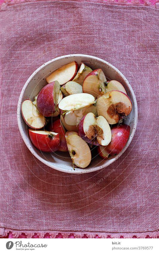 da ist der Wurm drin... Apfel Äpfel Frucht Ernährung rot Gesundheit Lebensmittel Bioprodukte Vegetarische Ernährung frisch natürlich reif Gesunde Ernährung