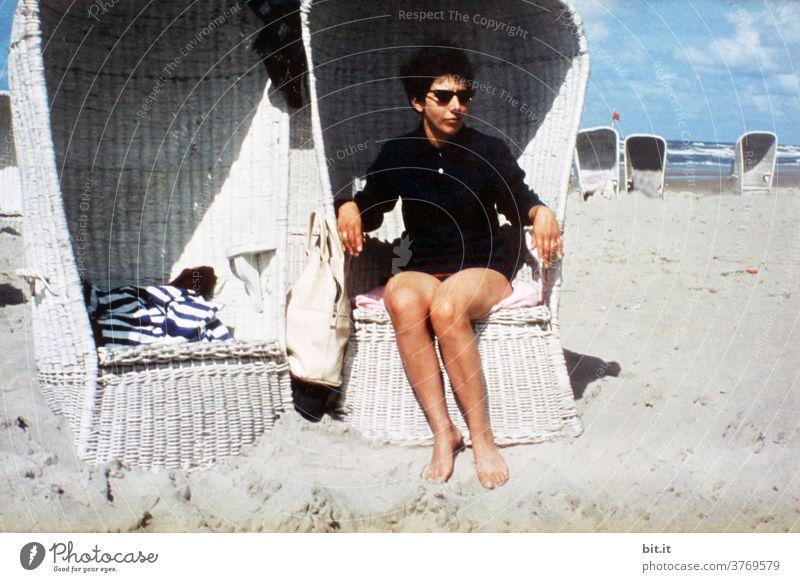 lebensnotwendig l die Mutter Frau Junge Frau Mensch Strand Strandkorb Sonnenbrille Sonnenbad 60s Sechziger Jahre Ferien & Urlaub & Reisen Sommer Erholung