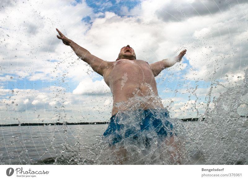 Splash Mensch Himmel Jugendliche Ferien & Urlaub & Reisen Sommer Sonne Erholung ruhig Wolken Ferne Junger Mann Leben Freiheit Schwimmen & Baden See springen