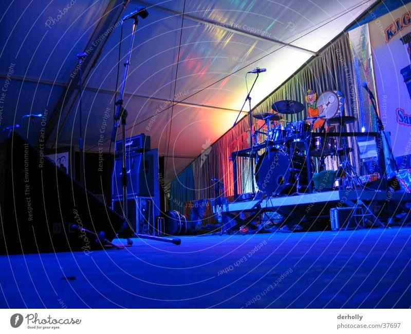 Konzertbühne Kabel Dinge Bühne Lautsprecher Mikrofon Schlagzeug Stativ