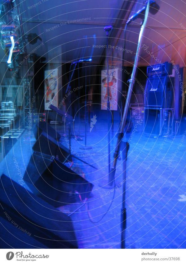 Bühne im Nebel Mikrofon Stativ Dinge Unschärfe Lautsprecher