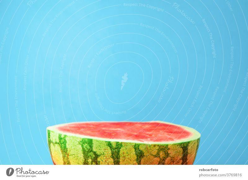 blauer Hintergrund mit köstlicher, in der Hälfte geöffneter Wassermelone offen frisch saftig Gesundheit Lebensmittel lecker Natur grün organisch Diät rot Sommer