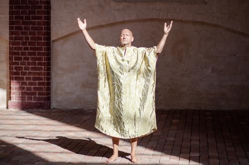 die lichtgestalt. Figur Kunst Kreativität Mönch Gewand Kirche mehrfarbig Idee Innenaufnahme Buddhismus Religion & Glaube ziegelstein golden Meditation Kraft